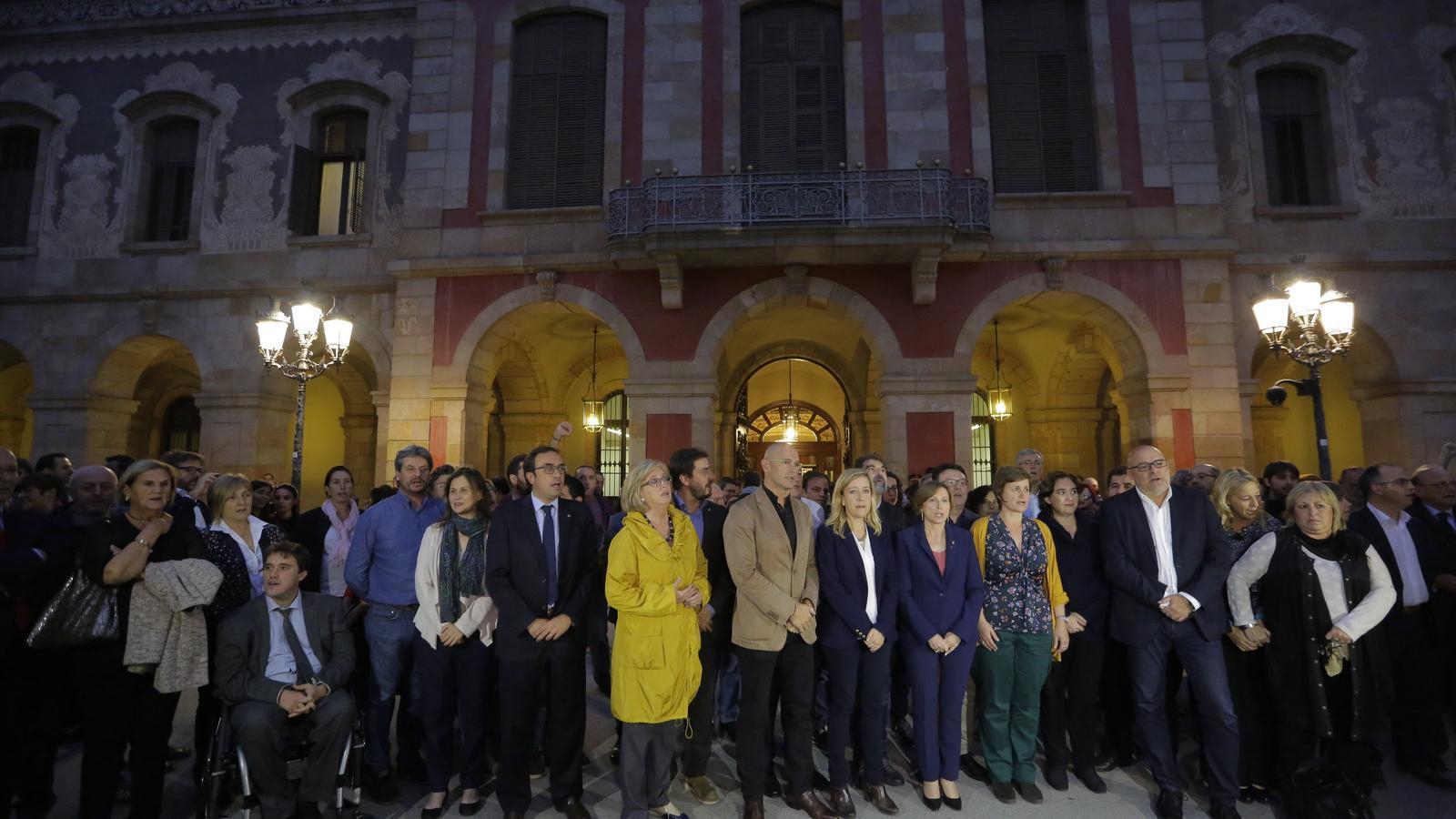 Els partits sobiranistes donen suport a Carme Forcadell a les portes del Parlament