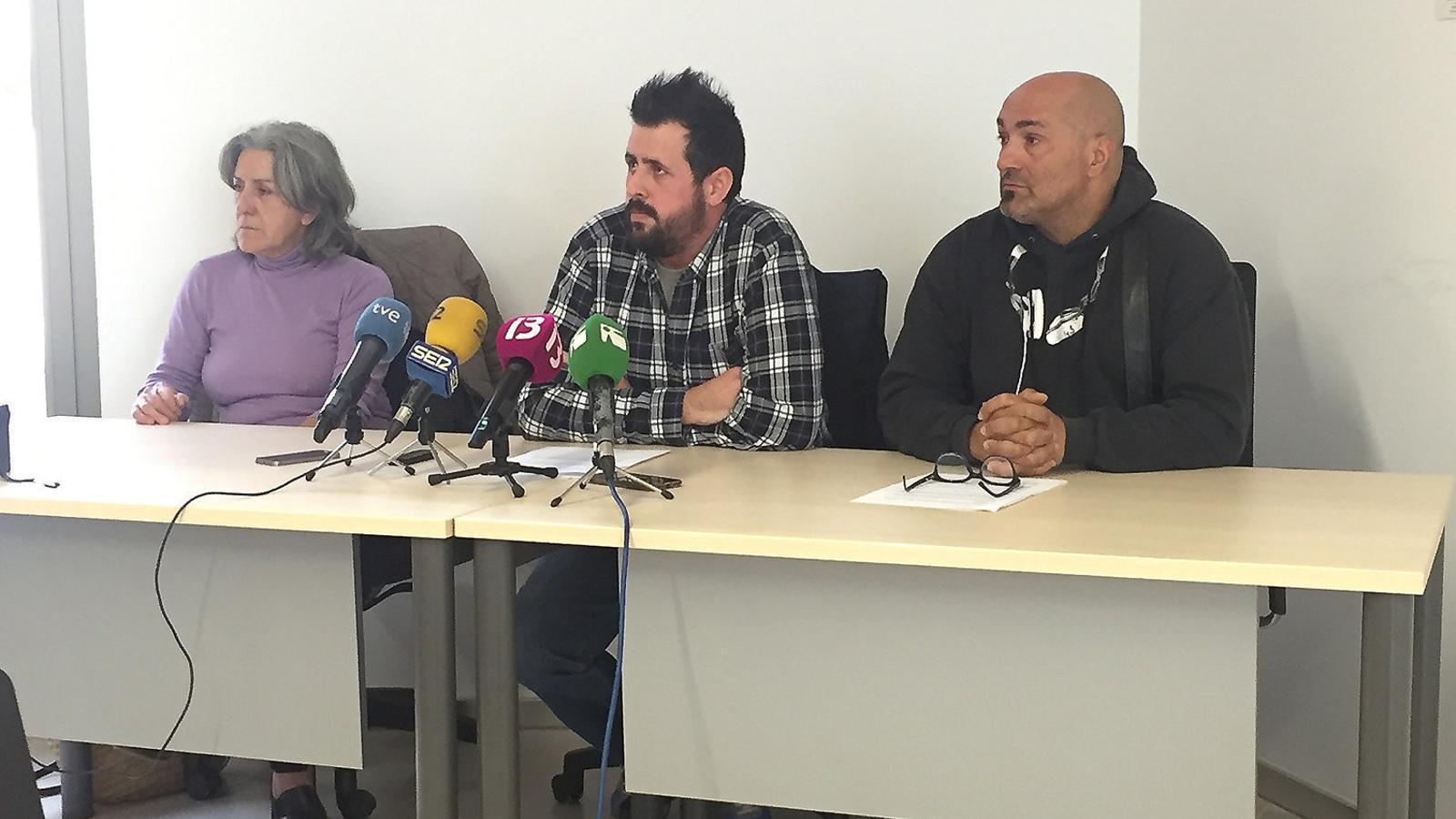 """Els representants sindicals dels treballadors de la cuina de Can Misses varen llegir una carta davant els mitjans per explicar que se senten """"indefensos"""" davant la situació."""