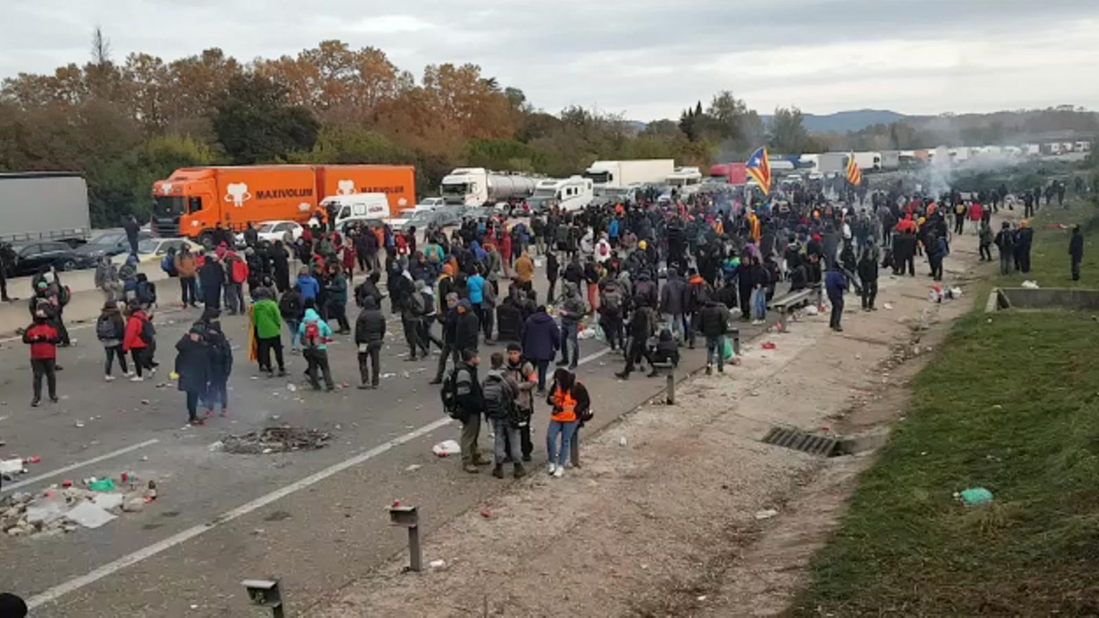 Els manifestants de l'AP-7 de Girona es preparen per si els venen a desallotjar