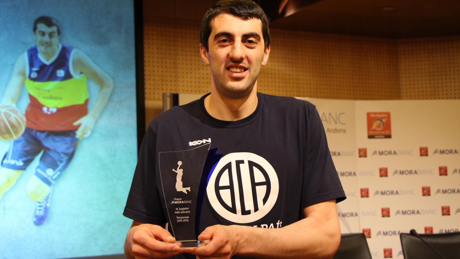 El pivot del MoraBanc Andorra, Giorgi Shermadini, amb el Premi MoraBanc que l'acredita com el jugador més solvent de la temporada