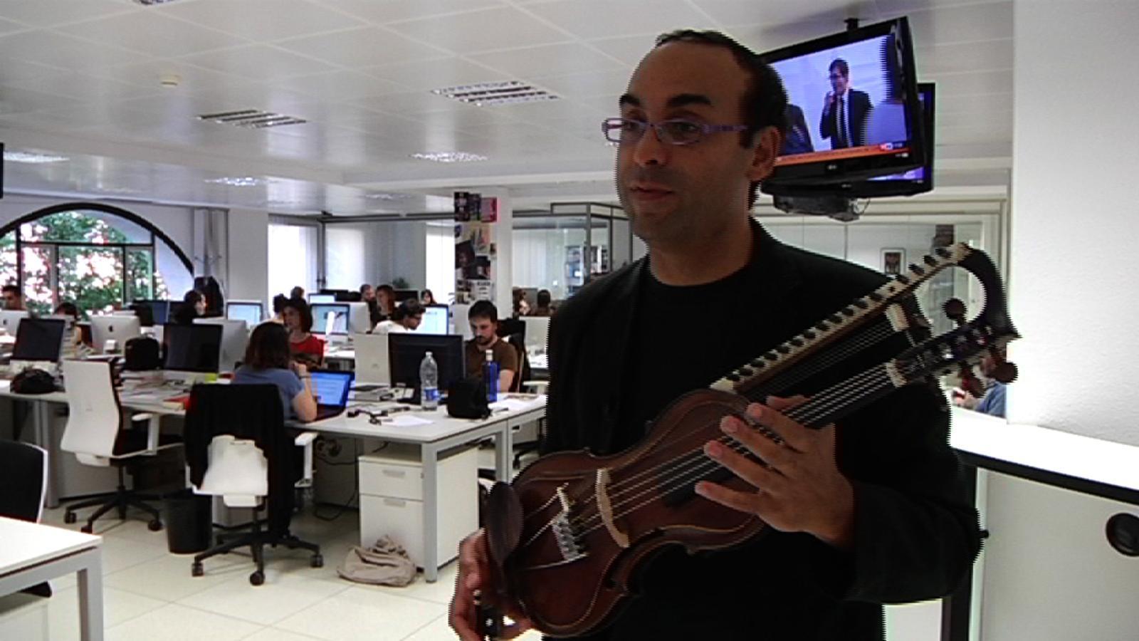Perseguint el violí de 21 cordes, per 'Ara TV Premium'