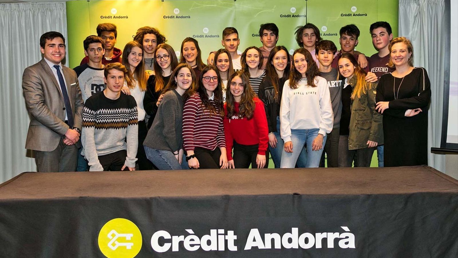 Els alumnes i els responsables de Crèdit Andorrà que han participat en la sessió sobre el sector financer a Crèdit Andorrà. / EDUARD COMELLAS