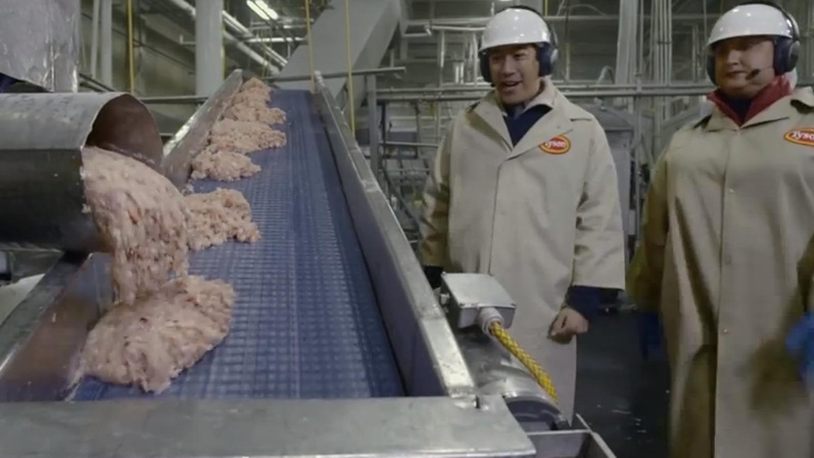 Pollastre o una massa rosa indeterminada? McDonald's converteix en viral el vídeo on explica com es fan els seus McNuggets