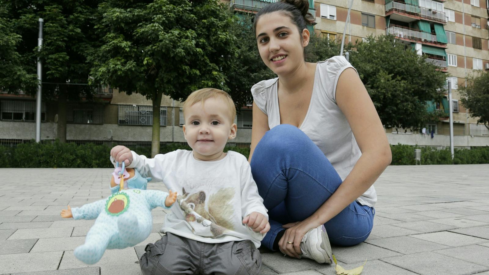 L'estudiant de pedagogia de la UB Mireia Cabanillas, amb la seva filla d'onze mesos