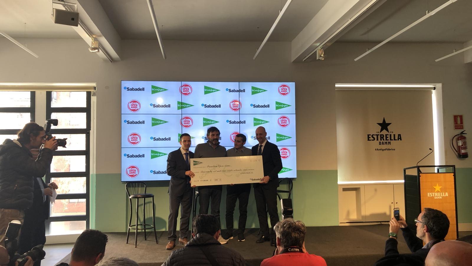 Instant de la roda de premsa on s'ha anunciat que s'han recollit 47.575 euros amb el llibre 'Relats solidaris de l'esport'