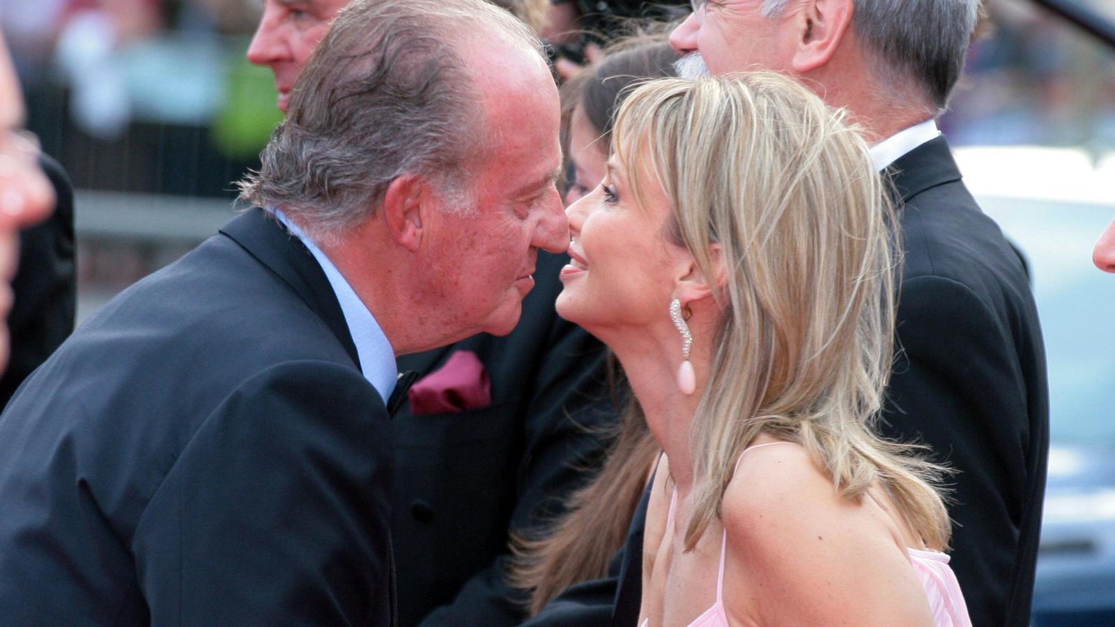 Corinna Larsen i Joan Carles I saludant-se durant el premi Laureus 2006 a Barcelona