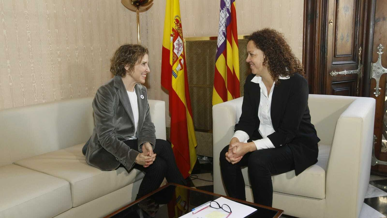 La delegada del govern a les Illes Balears, Aina Calvo, i la presidenta del Consell de Mallorca, Catalina Cladera