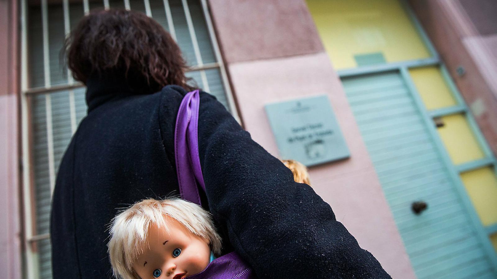 La Pilar amb una joguina per acudir al Punt de Trobada on veu la seva filla una hora a la setmana des de fa 15 mesos.