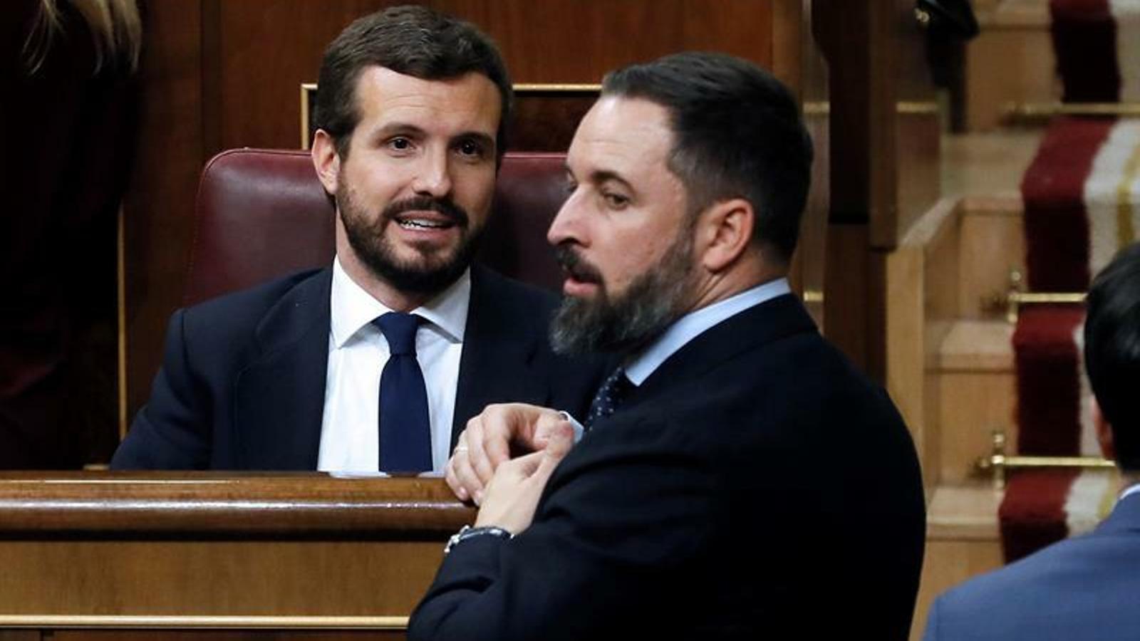 Pablo Casado i Santiago Abascal conversant en la sessió constitutiva del Congrés