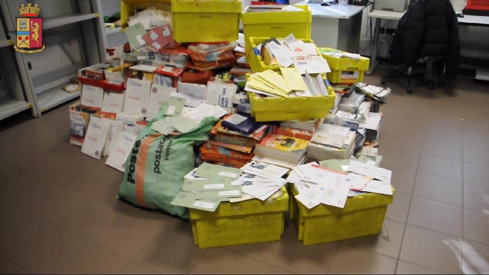 La policia va decomissar mitja tona de cartes i paquets