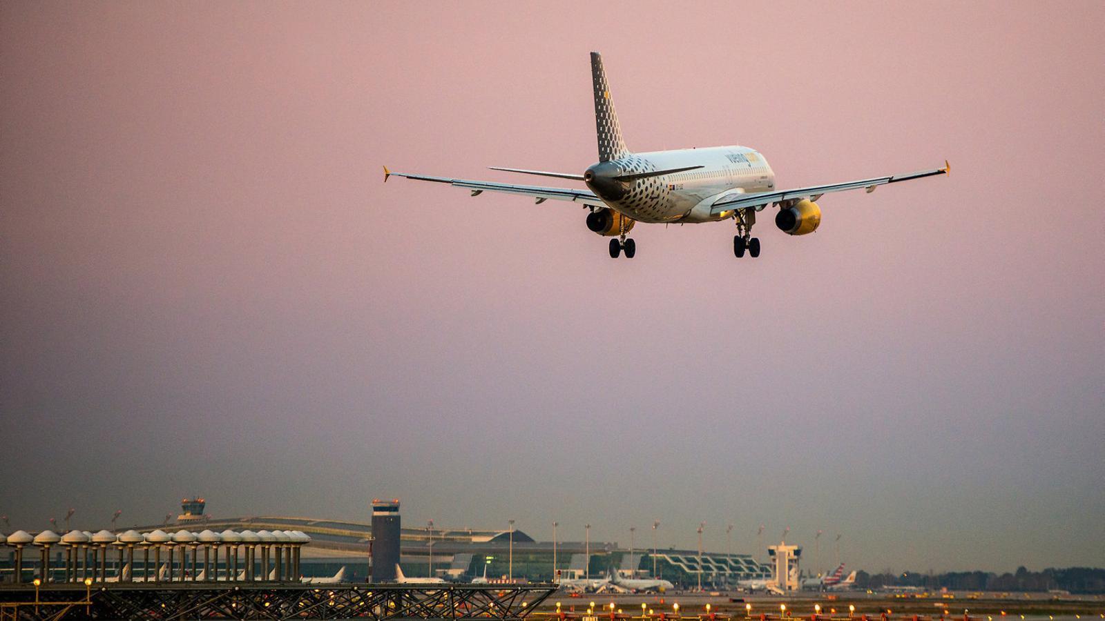 Vueling cancel·la un de cada quatre vols al Prat per la vaga de pilots