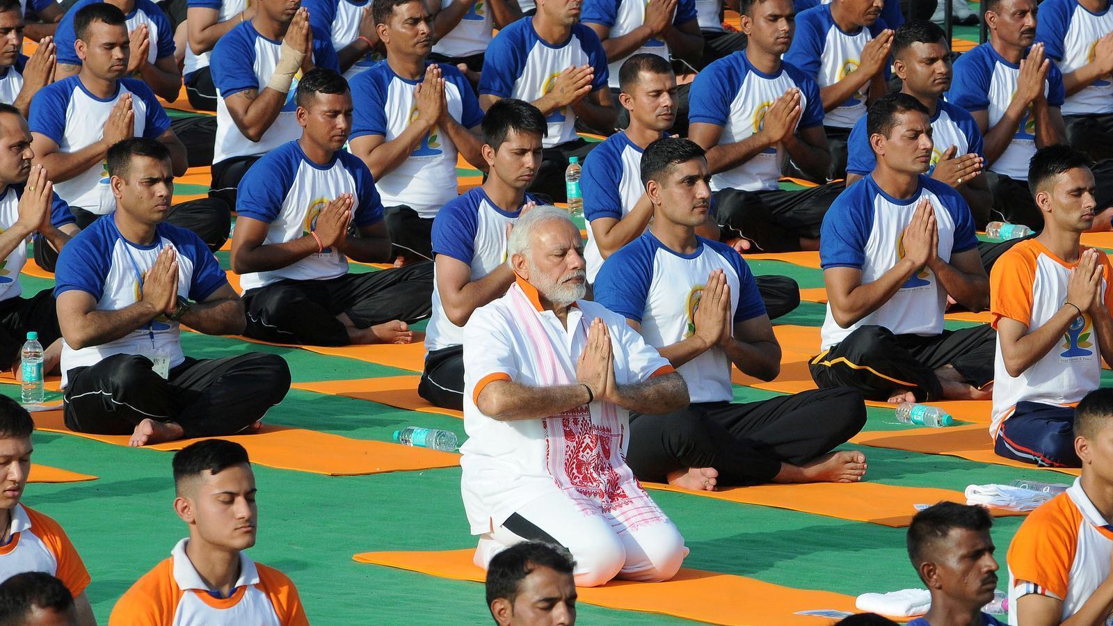 El primer ministre indi, Narendra Modi, fent ioga aquest dijous a Dehradun, al nord de l'Índia
