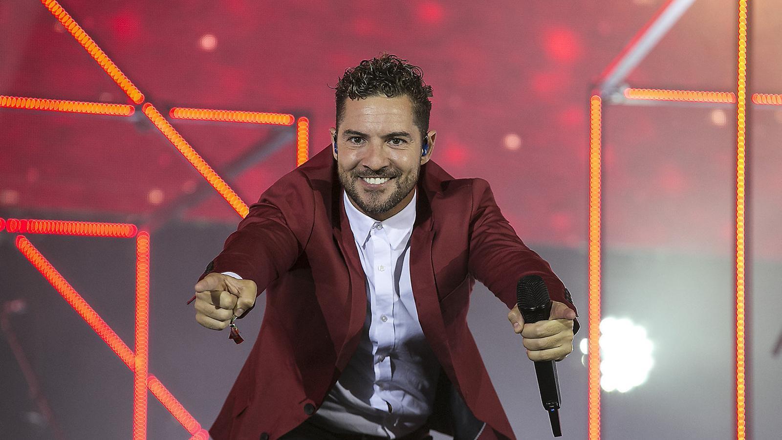 David Bisbal saludant el públic del Palau Sant Jordi en el concert que forma part de la gira de presentació del disc Hijos del mar.