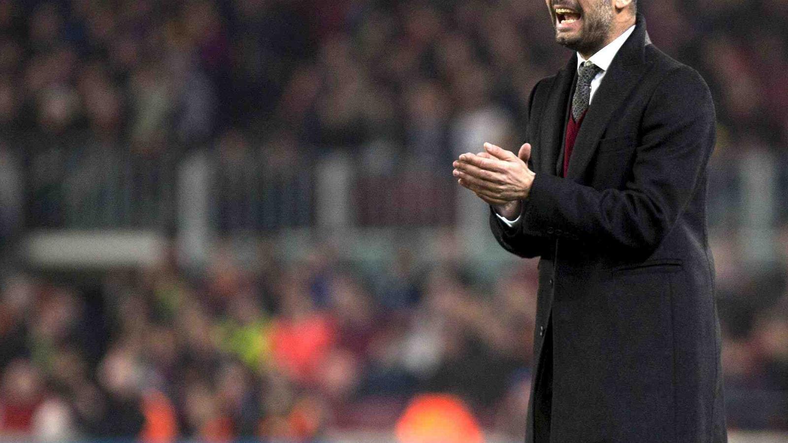 Pep Guardiola dóna ordres als seus jugadors en el partit contra el Màlaga.