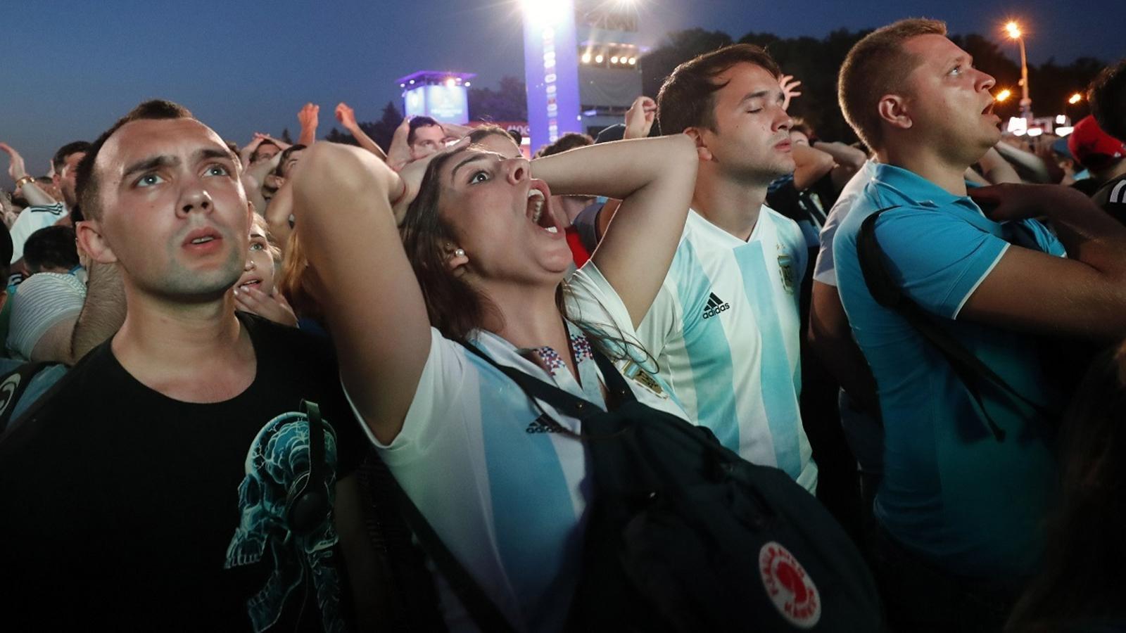 Aficionats argentins segueixen el partit de la seva selecció contra Croàcia
