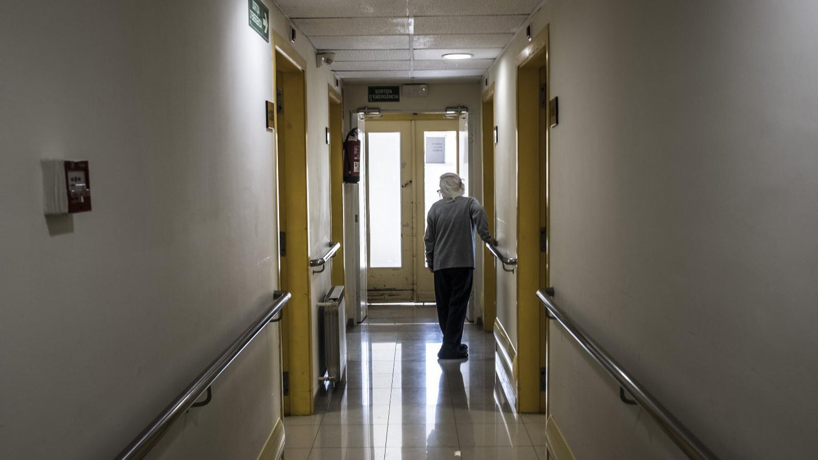 Familiars d'avis porten al TSJC el pla de residències de la Generalitat per flexibilitzar les visites i sortides