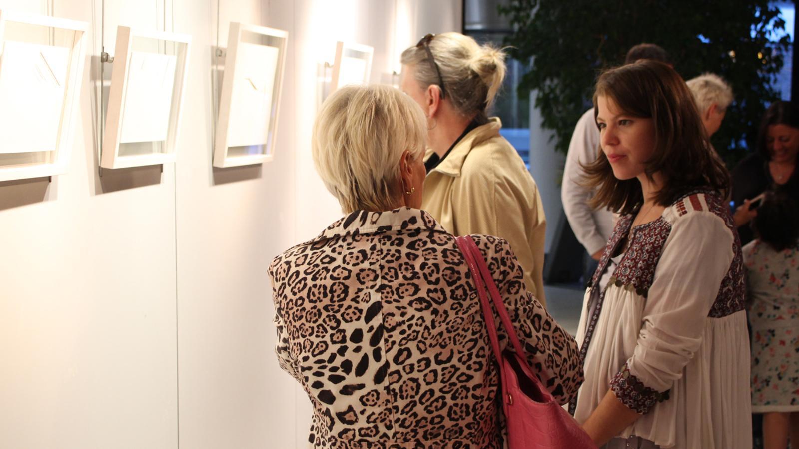 L'artista Vanda Drouin conversant amb els assistents a l'exposició 'La línia com a punt de partida'. / M. P. (ANA)