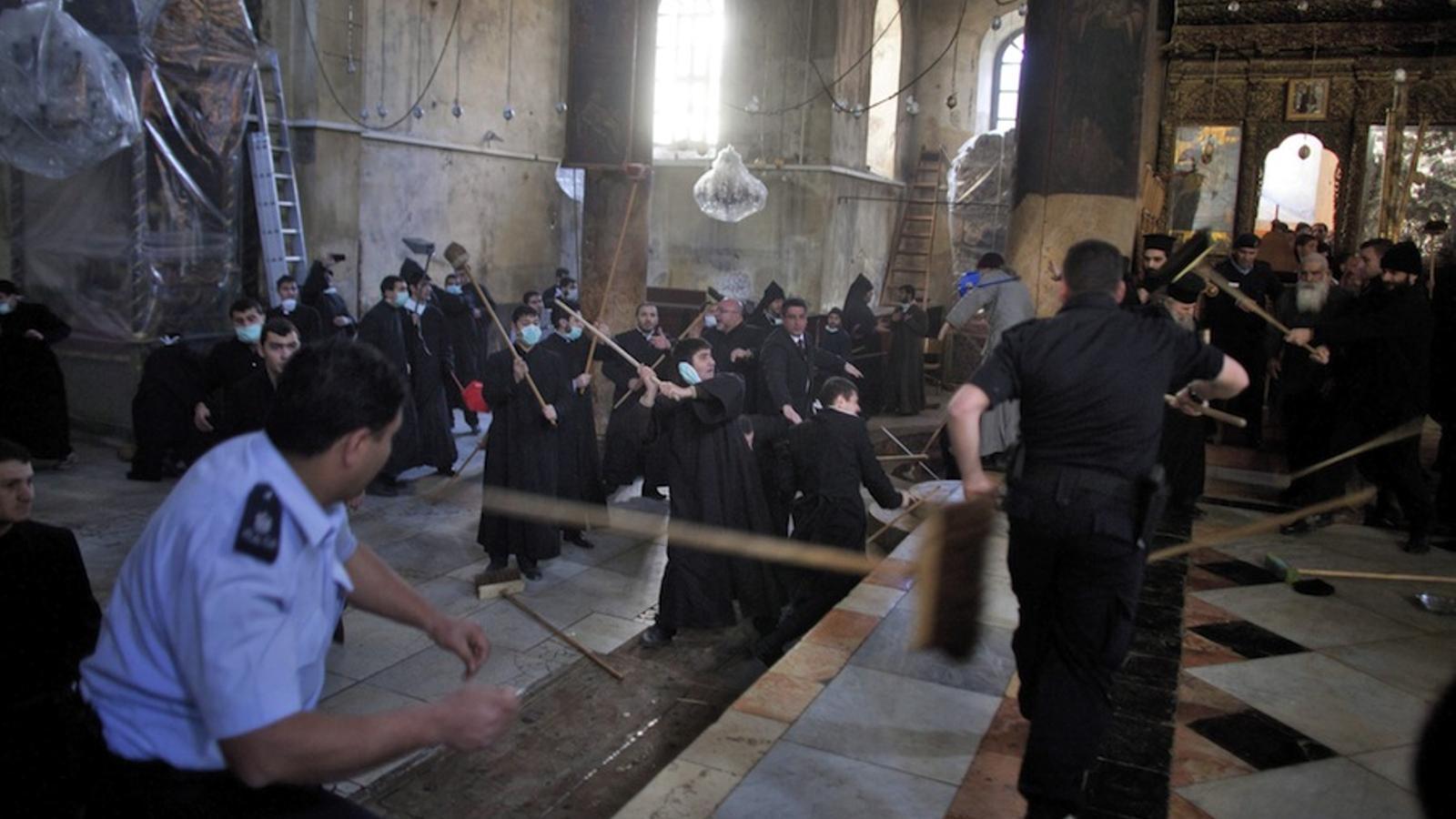 Monjos grecs i armenis ortodoxos s'esbatussen a la capella de la nativitat de Betlem