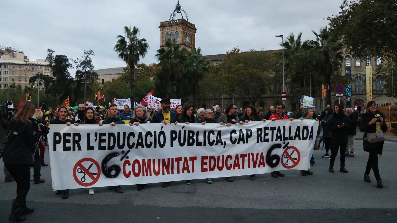 """La pancarta amb el lema ''Per l'educació pública, cap retallada"""" que encapçala la marxa de sindicats i entitats del sector de l'ensenyament que s'ha congregat aquest dissabte a la plaça Universitat."""