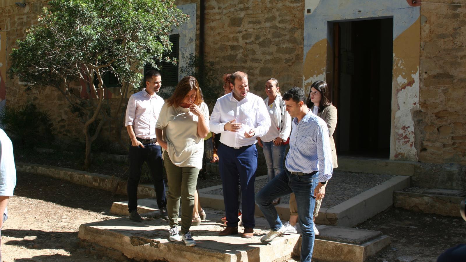 Francina Armengol, Miquel Mir i Manolo Galán, sortint de les cases de Betlem, dins la finca d'Es Canons.