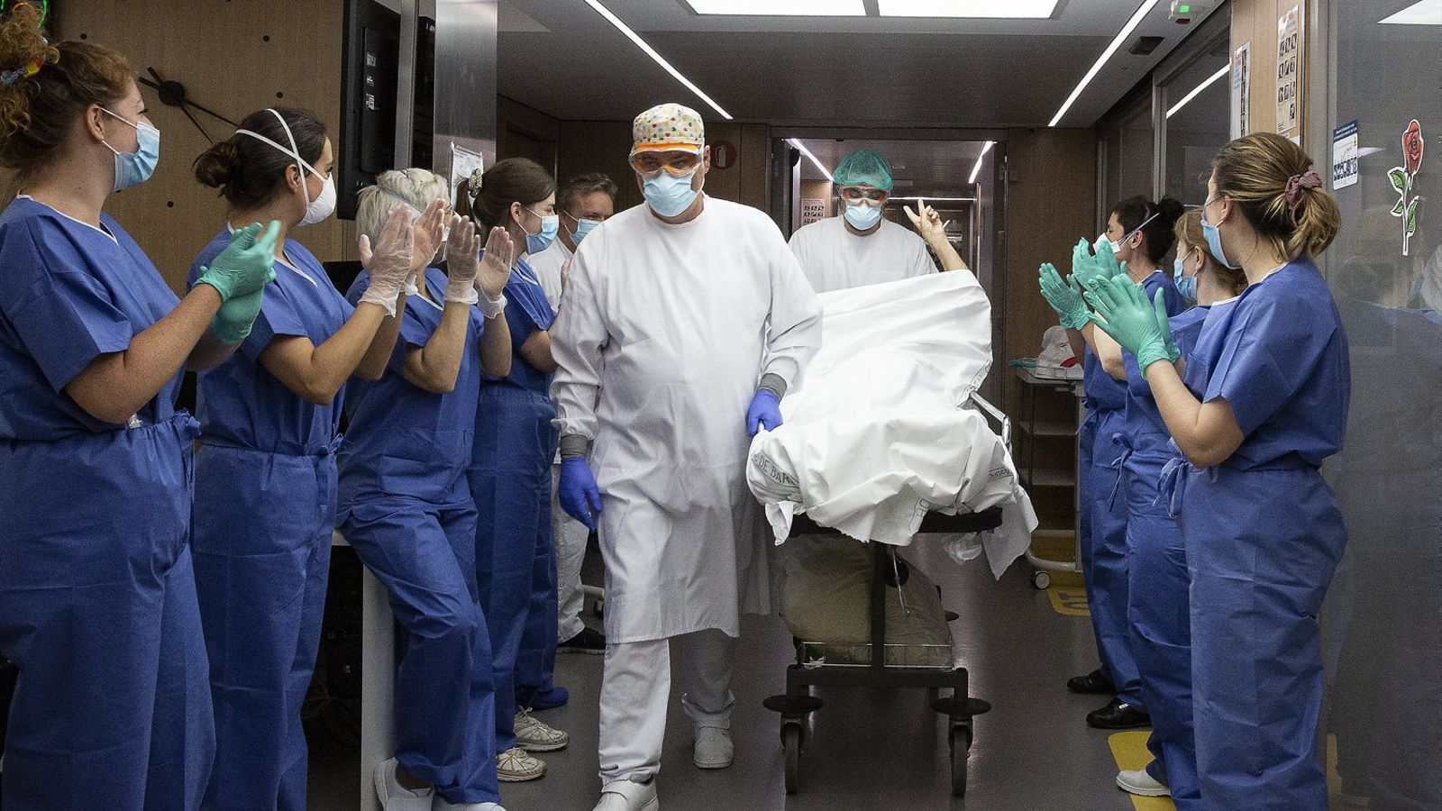 El personal sanitari aplaudint un pacient que sortia de l'UCI després d'un mes i un dia en estat greu.