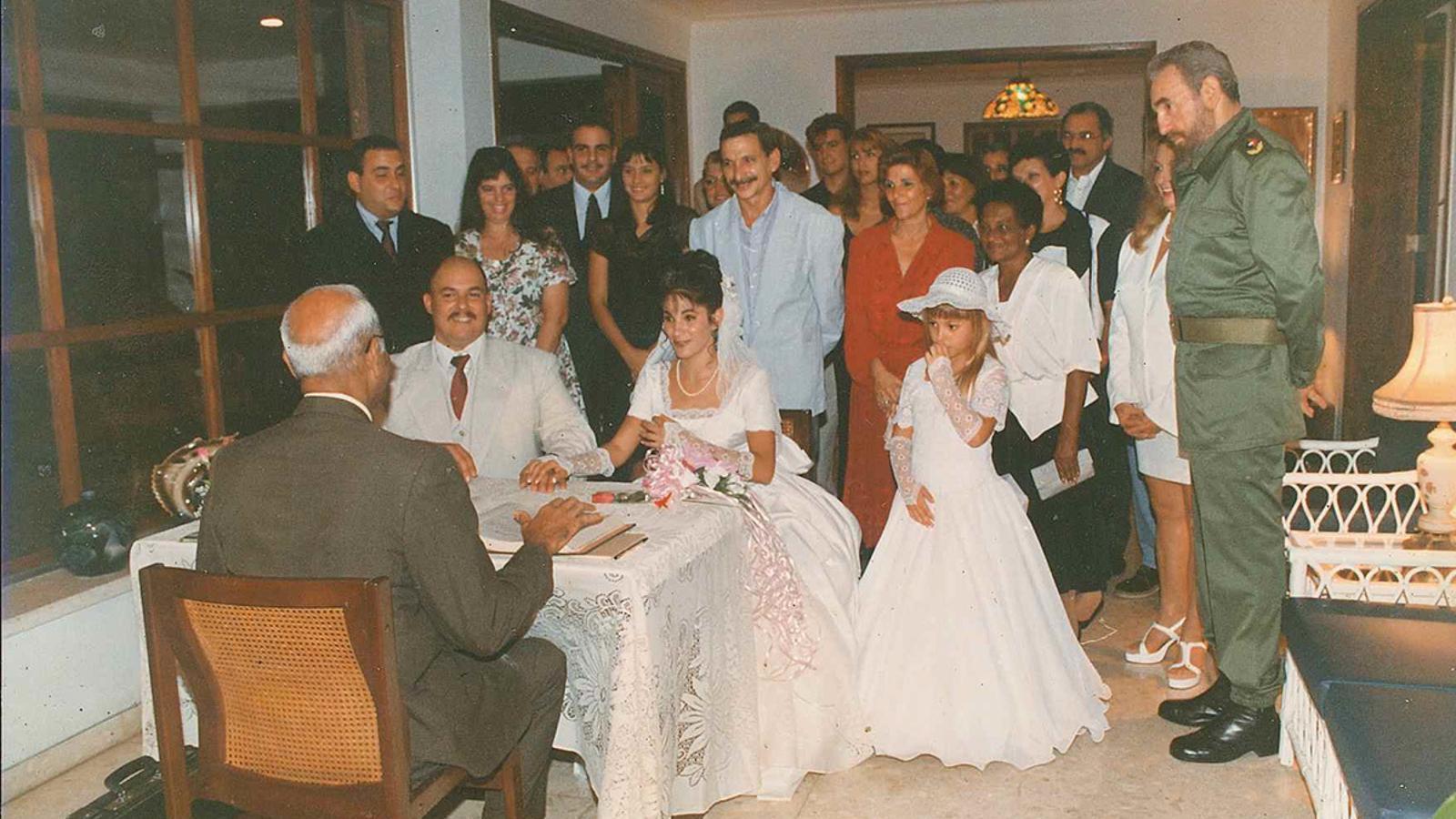 Alex Castro (assegut i vestit de gris) es va casar amb Idalmis Menéndez en la intimitat de Punto Cero