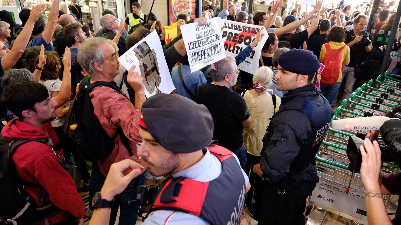 Blindatge policial a Sants i l'aeroport del Prat davant la imminent sentència de l'1-O