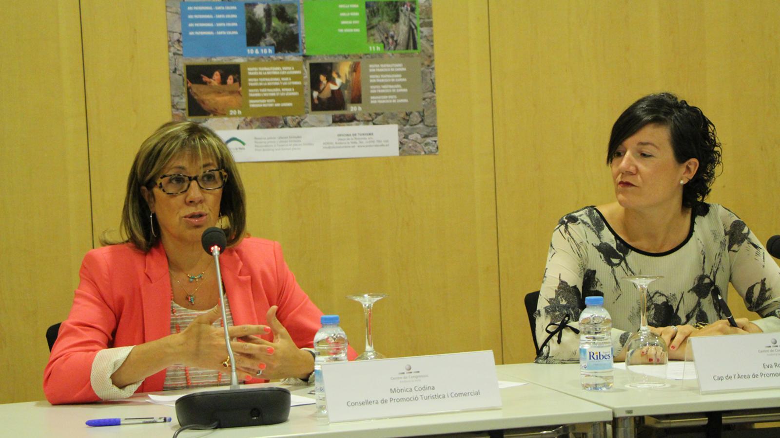 La consellera de Promoció Turística i Comercial, Mònica Codina, i la cap d'àrea de Promoció Turística i Comercial, Eva Roma, durant la presentació dels itineraris guiats