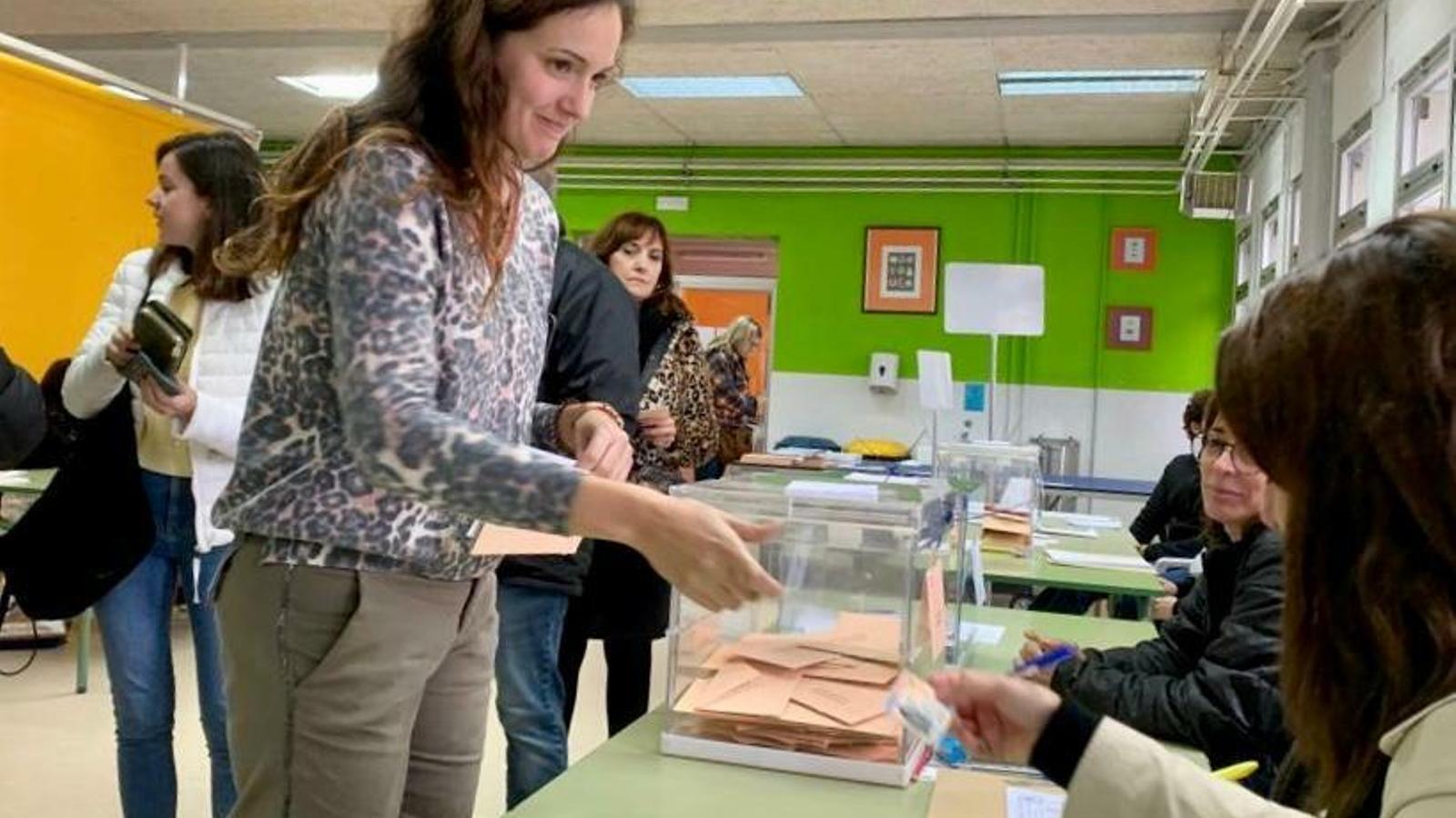 El PSOE torna a guanyar les generals a Manacor. La portaveu municipal, Núria Hinojosa, en el moment de votar.