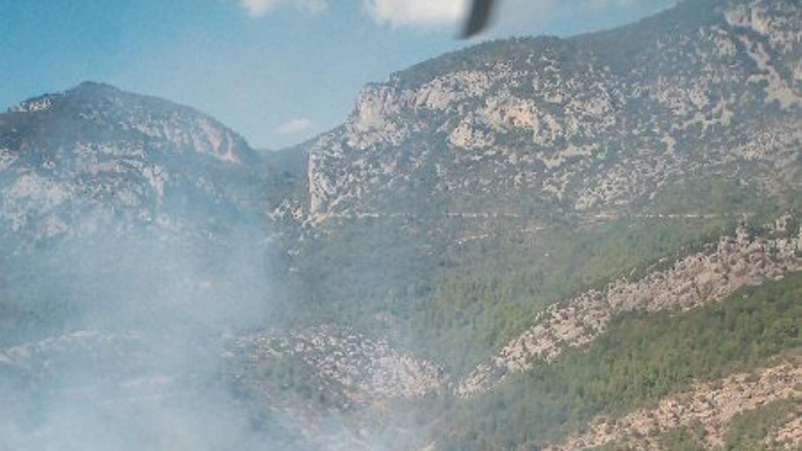 Un incendi crema un tractor i vegetació forestal i agrícola a Nargó. / BOMBERS