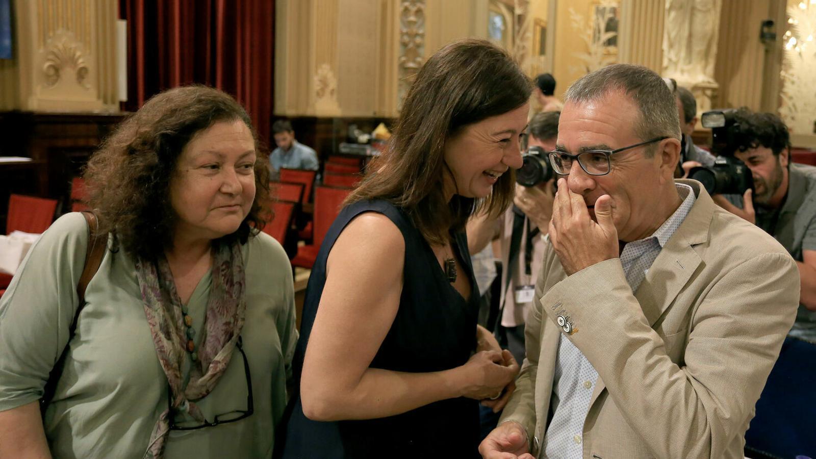 Francina Armengol, amb Mae de la Concha i Juan Pedro Yllanes, de Podem.