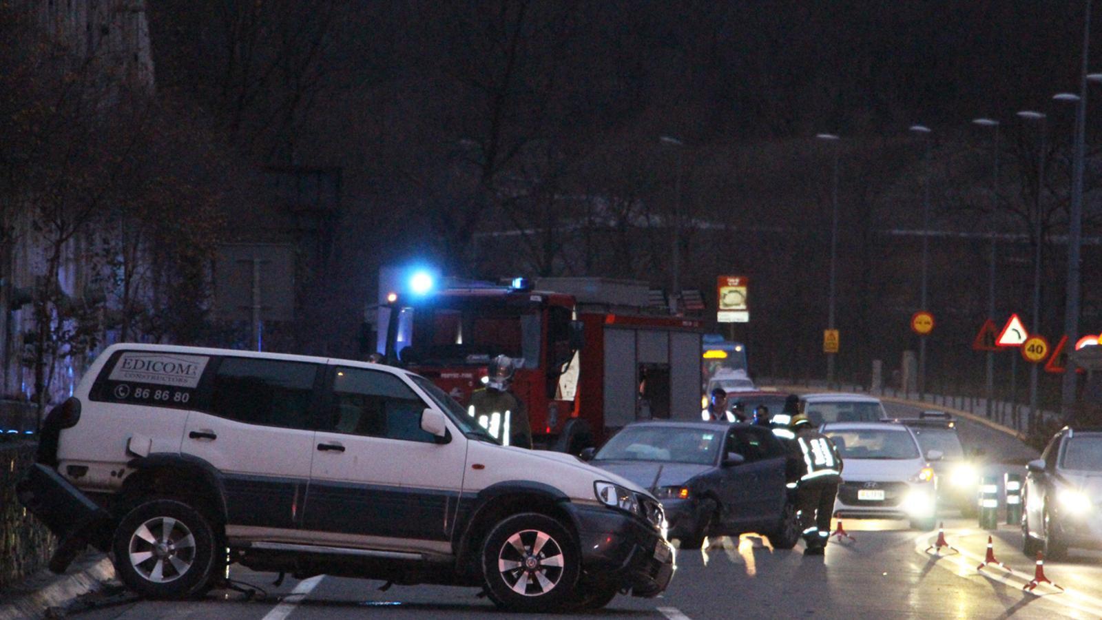 Accident aquesta tarda entre dos vehicles a la CG2, a l'avinguda de la Bartra d'Encamp. / E. J. M.