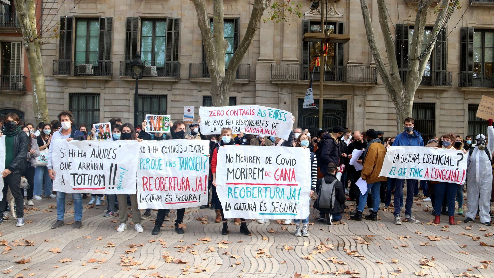 Treballadors de la Cultura en una nova protesta davant del Departament de Cultura aquest dijous.