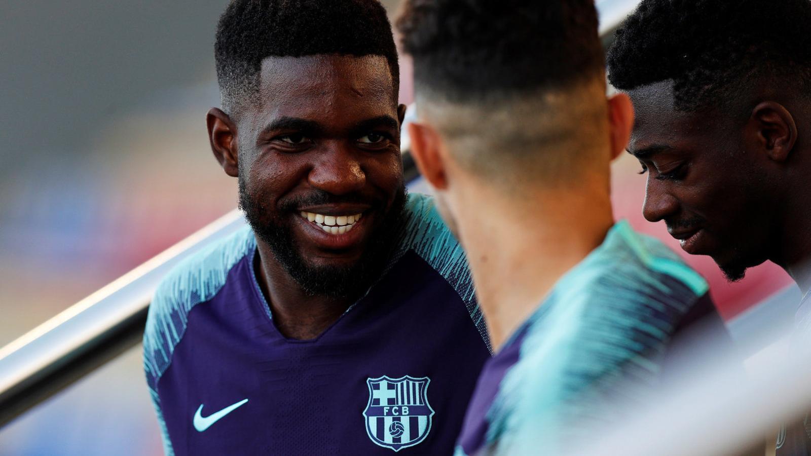 Samuel Umtiti en un entrenament d'aquesta temporada conversant amb Ousmane Dembélé i Munir El Haddadi.
