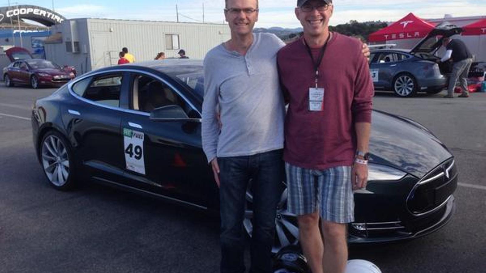 Chris Porritt, davant d'un Tesla Model S, quan era vicepresident del fabricant de cotxes. / TESLA