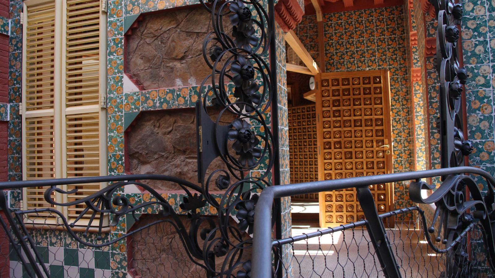 Entrada principal a l'interior de la Casa Vicens. / L. M. (ANA)