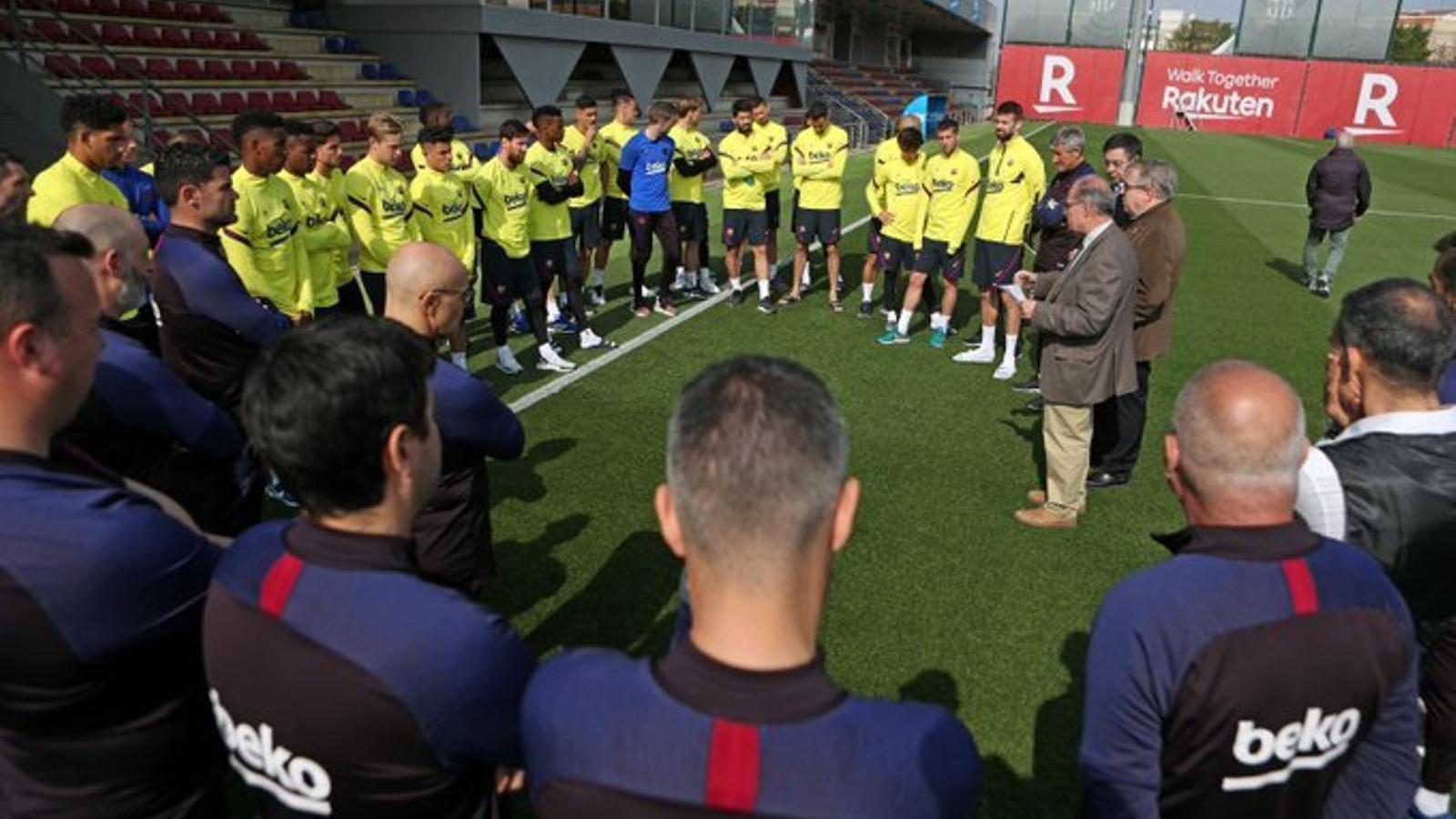La plantilla del Barça, escoltant les explicacions del doctor Jaume Padrós, president del Col·legi de Metges de Barcelona i del doctor Antoni Trilla, cap d'Epidemiologia del Clínic