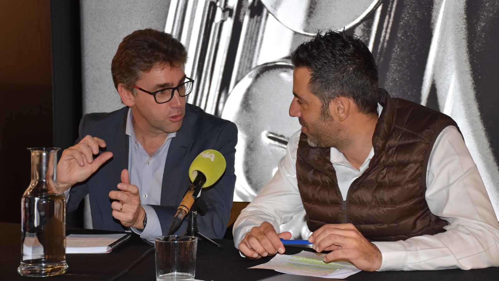 El director de Màrqueting de Pyrénées, Ronald Cabrera, i el portaveu d'Andorra Telecom, Carles Casadevall. / M. R. F.