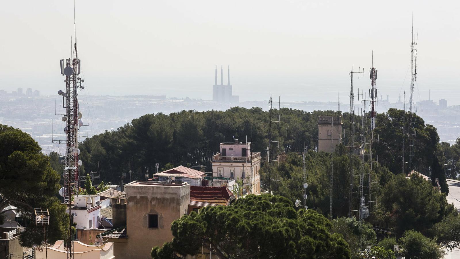 L'Ajuntament expedienta les antenes il·legals del Carmel