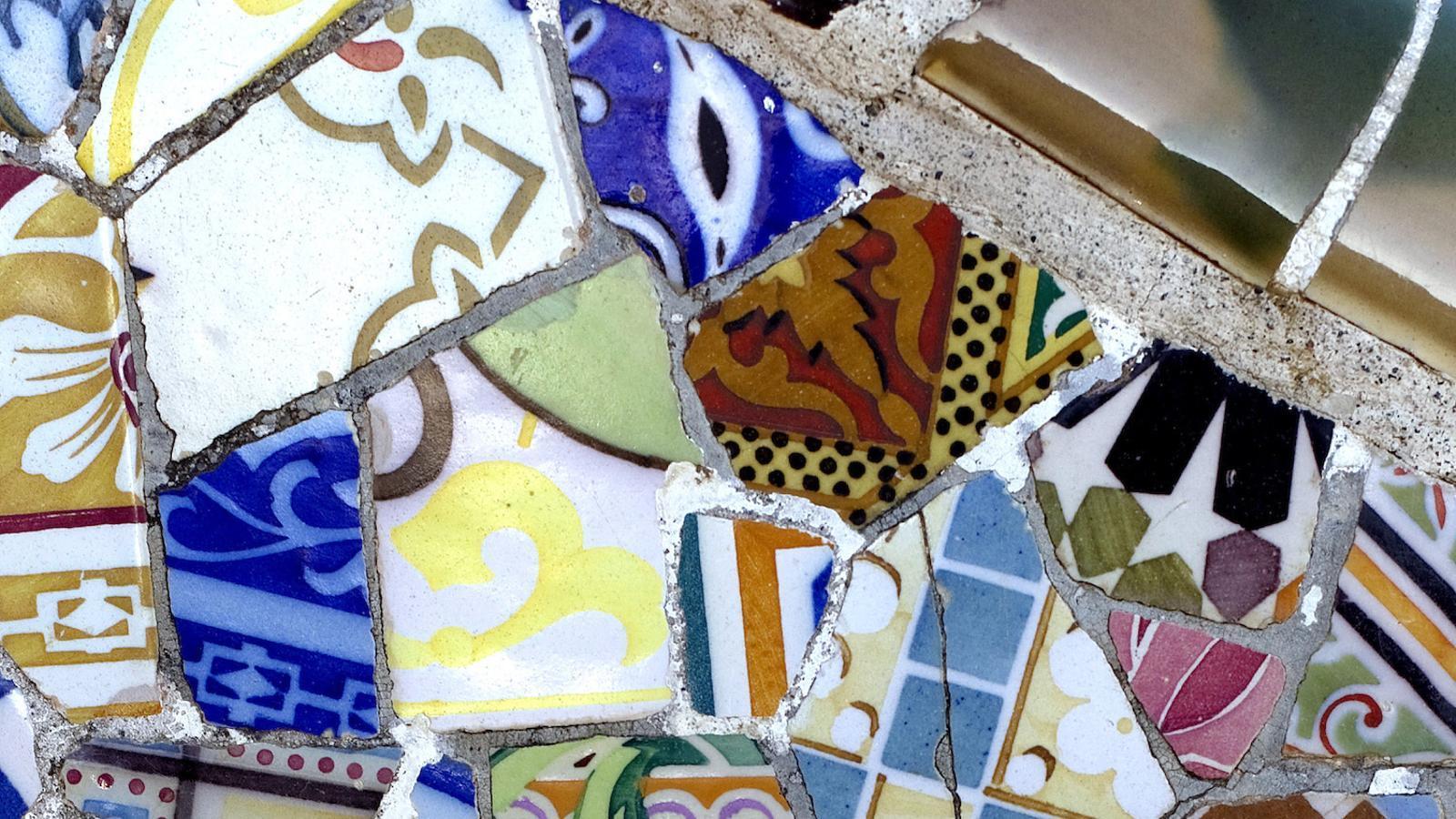 El trencadís gaudinià, transformat en icona de la seva arquitectura i de la Barcelona turística, ha fet oblidar la intensitat de la seva construcció segons Gaudí i la sofisticada elaboració intel·lectual i simbòlica. La seva naturalesa constructiva i la seva poca durabilitat han fet que sigui necessari un manteniment constant, que en alguns casos ha afavorit restauracions exemplars, però que en massa casos no s'ha executat seguint l'arquitectura gaudiniana sinó la seva banalització contemporània.