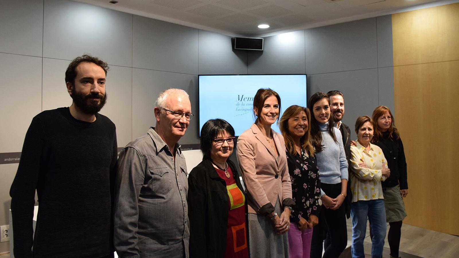 Els responsables del treball juntament amb la ministra de Cultura i Esports, Sílvia Riva; la cònsol major d'Andorra la Vella, Conxita Marsol i la doctora en geografia i encarregada de l'estudi sobre l'avinguda Maria Jesús Lluelles. / M. F. (ANA)