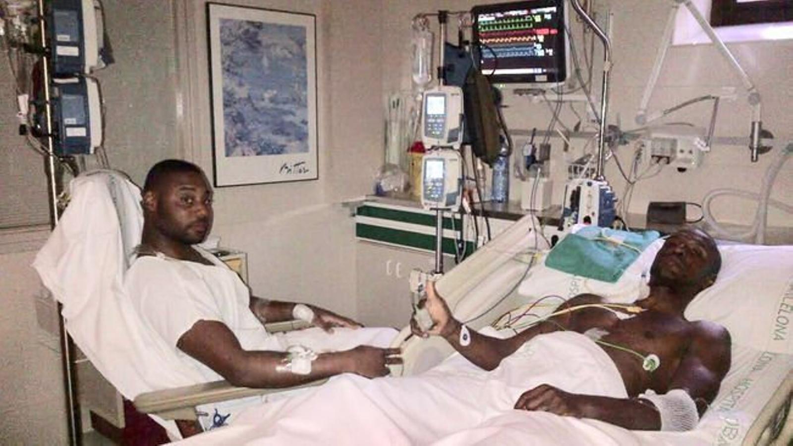 El secretari tècnic del Barça, Éric Abidal, amb el seu cosí Gerard, després del trasplantament al qual es va sotmetre.