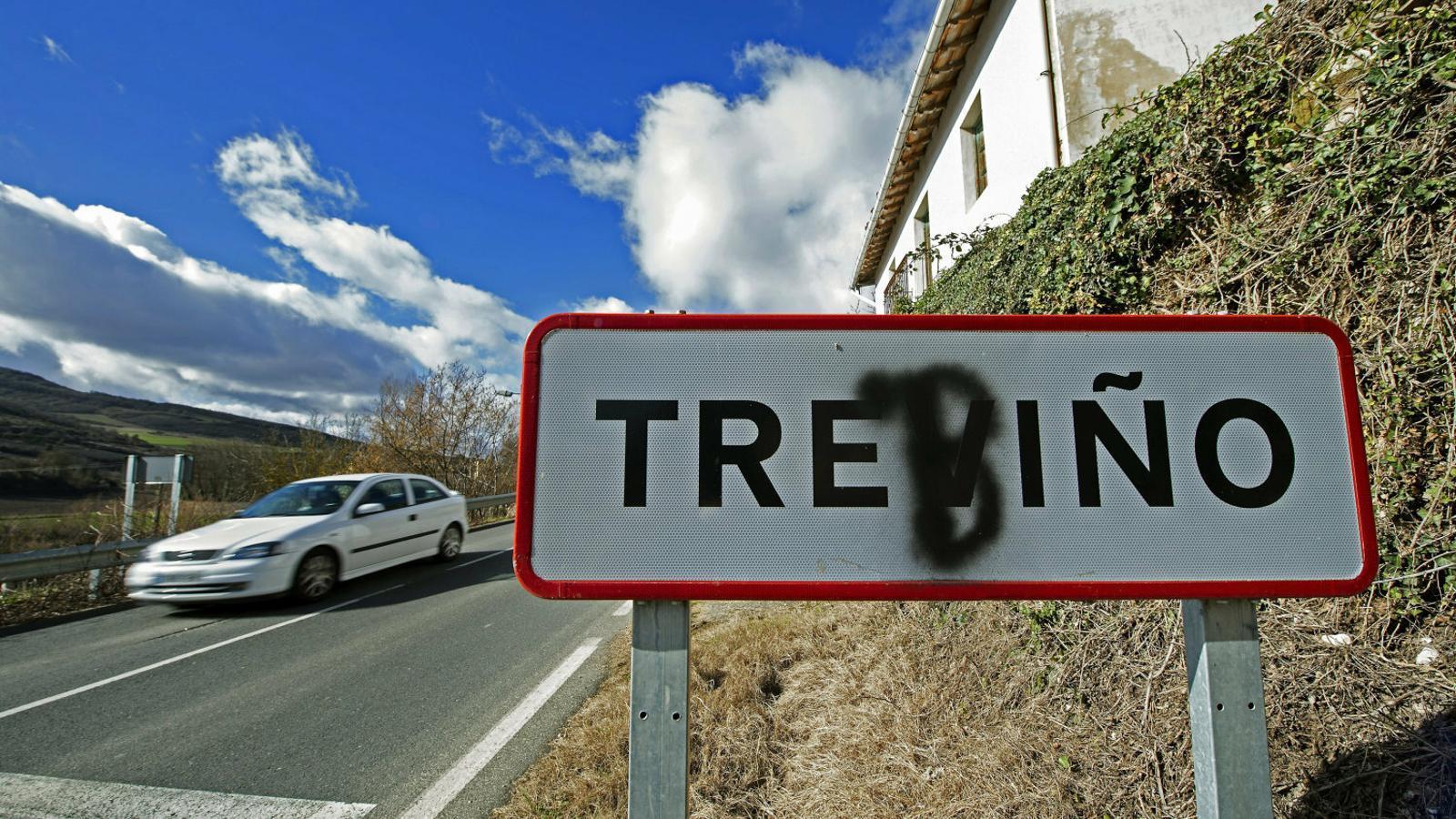 Cartell al municipi de Trebiño, on algú ha escrit una b a sobre de la v del castellà.