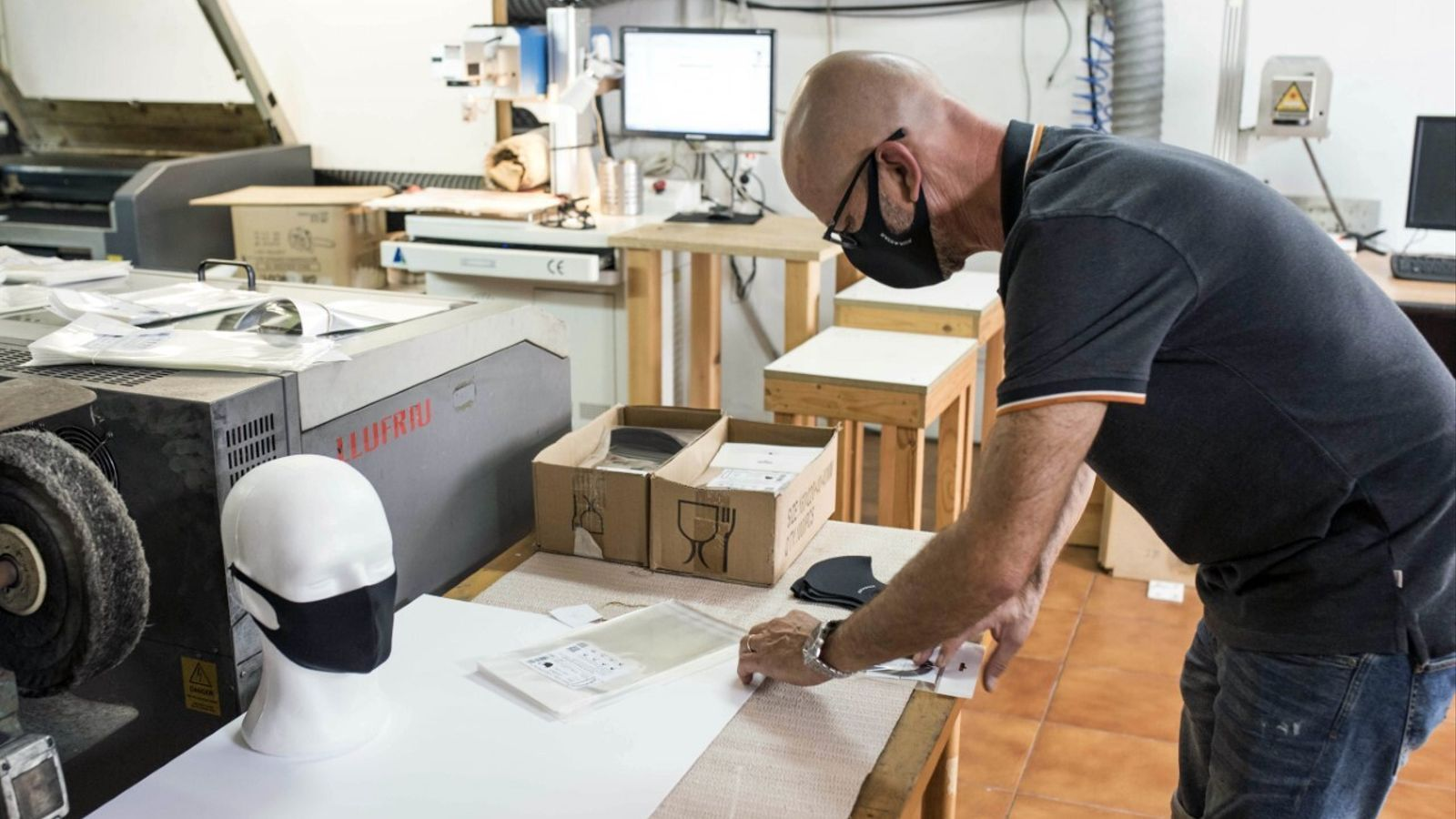 Pedro Llufriu treballa en solitari a un petit taller de Ciutadella.