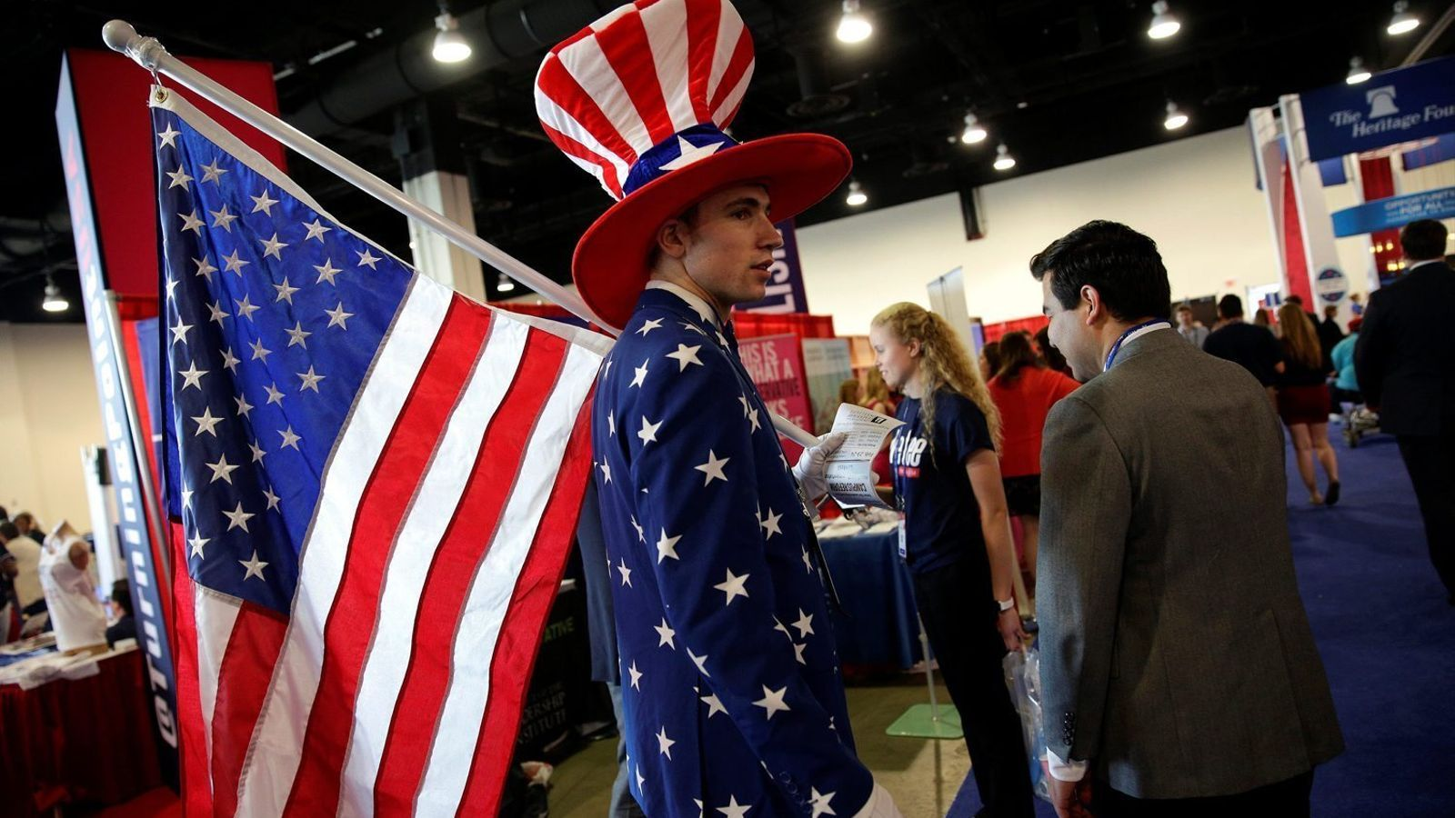 Un home disfressat d'Oncle Sam, divendres a la convenció conservadora.