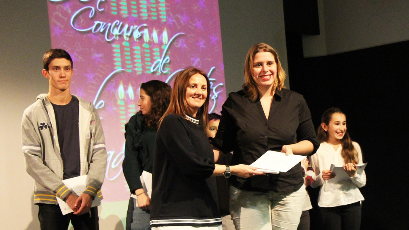 Miriam Daravano, finalista de la categoria d'adults, amb la ministra de Cultura, Olga Gelabert. / E. J. M. (ANA)