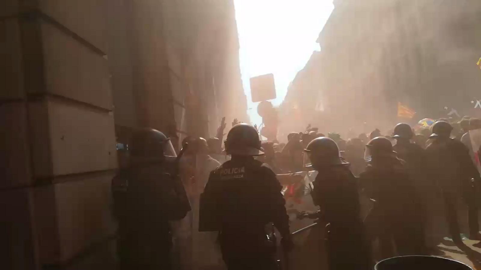 Ni un pas enrere, criden els manifestants independentistes a la Via Laietana davant del cordó pòlicial
