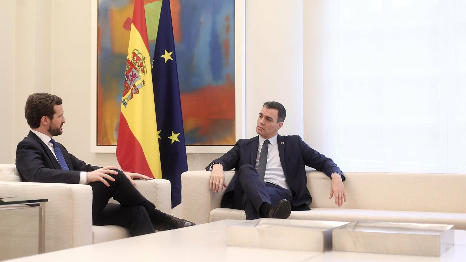 El president del govern espanyol, Pedro Sánchez, i el líder del PP, Pablo Casado, a la Moncloa.