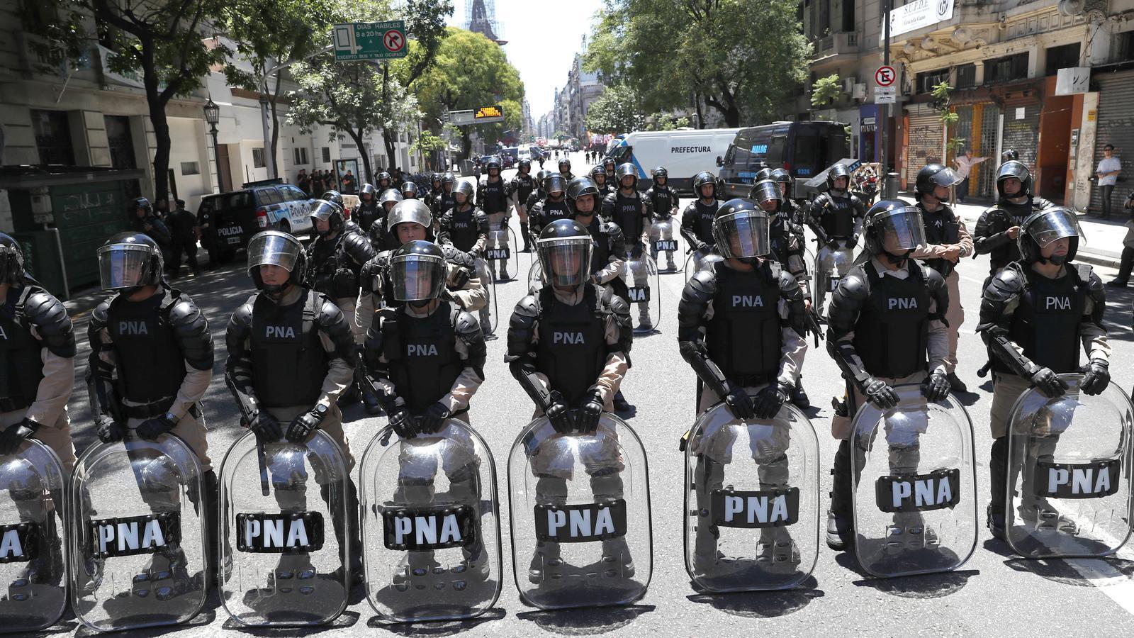Forces de la gendarmeria argentina custodien l'edifici de la Cambra de Diputats, dijous a Buenos Aires