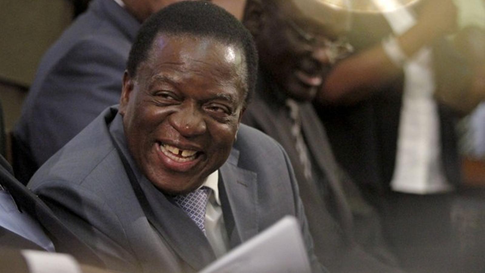 Mnangagwa, el nou líder de la formació de Mugabe, en una imatge recent escoltant un discurs del president.